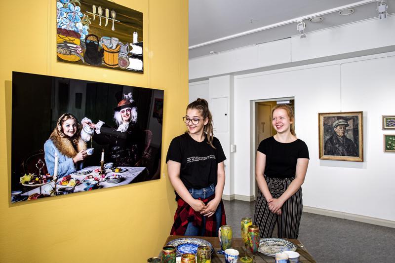 Heta Kangasvieren suosikki Kesä kuvin -näyttelyssä on valokuvateos Alice and the hatter. Claudia Kaakinen pitää enemmän maalauksista.