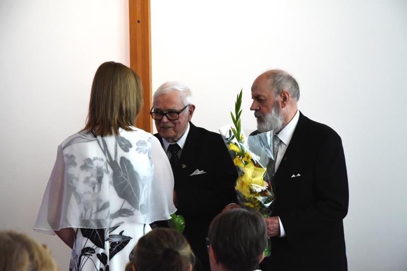 Haapajärven kaupunki kiitti kotiseutuneuvos Juha Erosta ja Ilmari Luhtaselaa heidän 50 vuotta kestäneestä työstään museon hyväksi kukkasin.