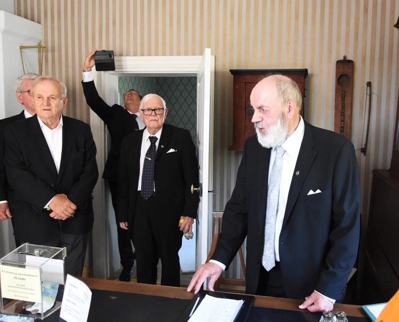 Ilmari Luhtasela esittelee K.J.Ståhlbergin isän, Haapajärven kappalaisen työhuonetta, missä hän otti vastaan seurakuntalaisia.