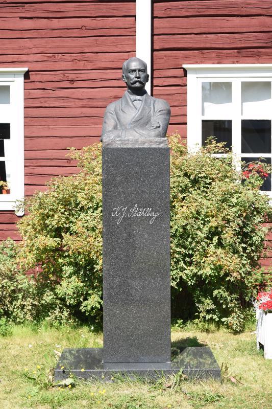 Presidentti K.J.Ståhlbergin rintakuva paljastettiin museon pihalla 6.8.1995. Tilaisuuteen osallistui silloin presidentti Martti Ahtisaari puolisoineen.