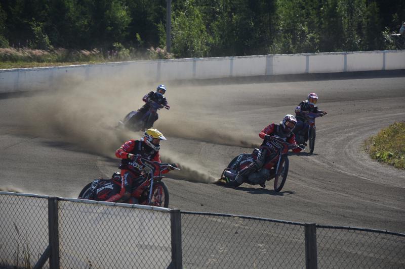 Mad-Croc Speedway joukkueen Niko Siltaniemi ja Teemu Lahti pitivät Kojootit, Antti ja Niilo Vuolaksen takanaan.