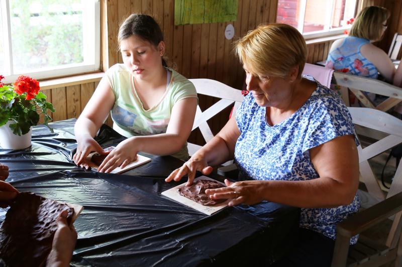Katriina Ruonakangas (vas.) ja Päivi Simunaniemi tulivat viettämään kesälomailtaa ja tutustumaan savitaiteeseen.