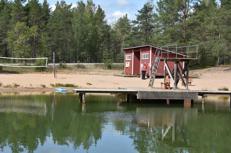 Eskolan maauimalassa oli alkuviikosta hiljaista. Sää oli viileä ja rannalla oli ympäristöhuollon varoituskylttejä, joissa kehotettiin välttämään vedessä uimista. Nyt varoitukset poistetaan.