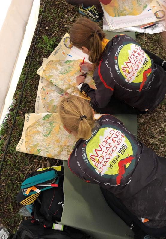 Reitin suunnittelu on tärkeä osa kilpailua. Tanja ja Anne tekivät reittisuunnitelmaansa muiden kilpailijoiden tavoin kilpailukeskuksen teltassa, sillä ulkona satoi vettä.