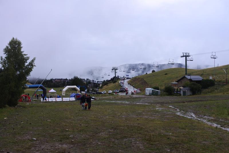 Kilpailukeskus sijaitsi Espanjan Kataloniassa, Pyreneiden vuoristossa 1700 metrin korkeudessa.