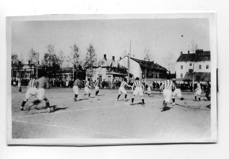 Rautatientorin kentän laidalle jouduttiin 1920-luvulla virittämään säkkikankaasta aidat, ettei kentän ympärille enää kertyisi ilmaiseksi peliä katsovia uteliaita kaupunkilaisia.