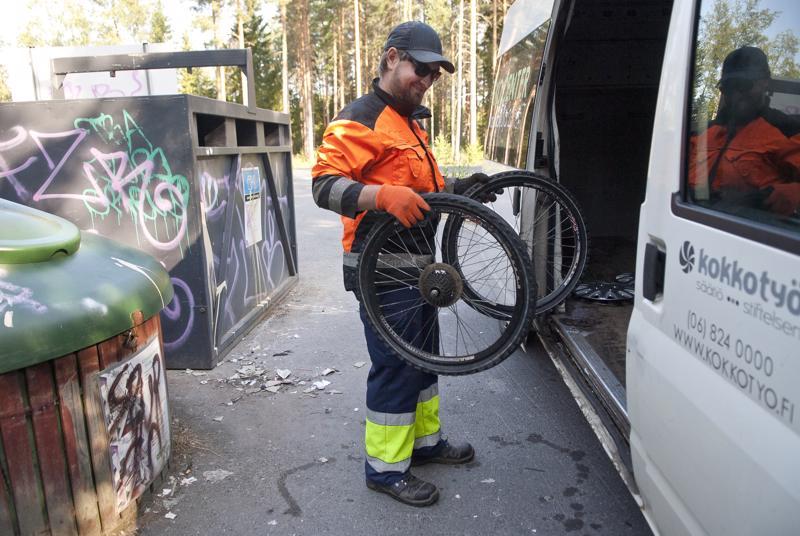 Siivousryhmän Jani Illanvuori lastasi Nuolipuron ekopisteeltä autoon muun muassa pyörän renkaita. Maanantaina ekopiste oli työntekijöiden mukaan harvinaisen hyvässä kunnossa, vaikka kasa roskaa kannettiin autoon. Perjantaina tehty siivous täytti pakettiauton puolilleen.
