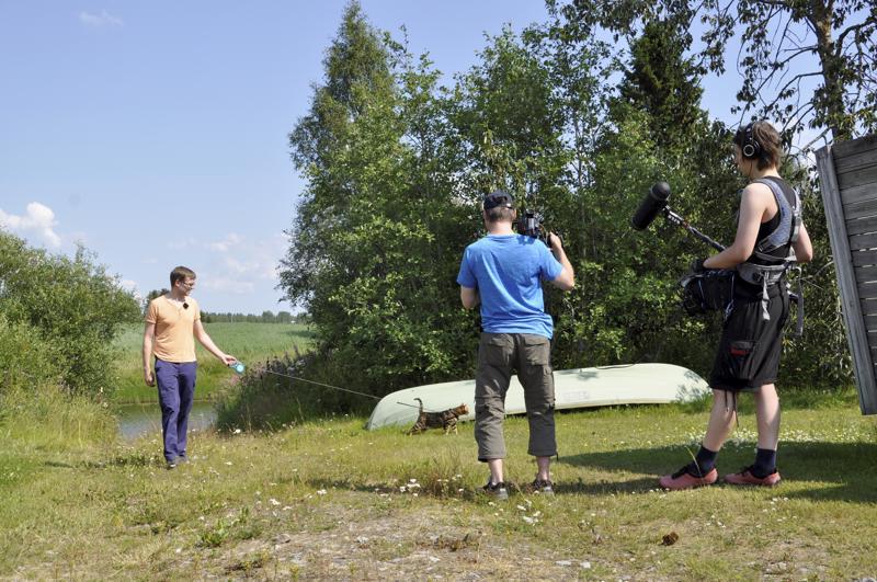Kuvaukset käynnissä.  Vapaapäivänä sarjaan kuvataan kohtauksia, mitä Toholammin kunnalliseläinlääkäri Ilkka Ahola tekee vapaa-ajallaan. Parhaillaan hän on kävelyllä jokirannassa kissansa kanssa.