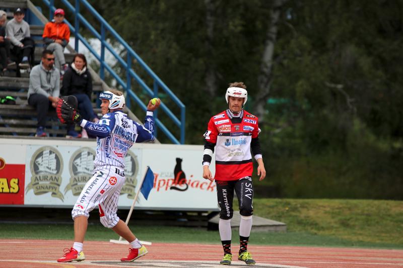 Otto Kauppinen selvitti tiensä Timo Hanhisalon vartioimalle ykköspesälle.