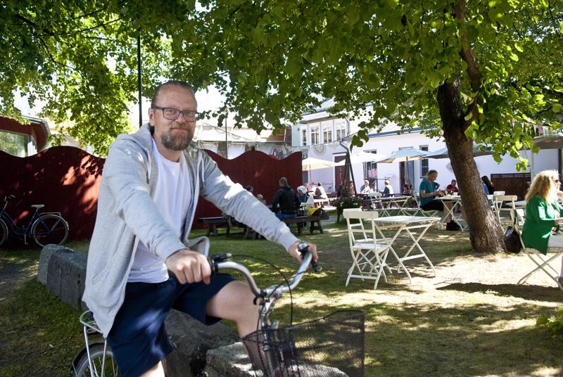 Harmonikkataiteilija Antti Paalasen työhuone sijaitsee Vohvelikahvilan pihapiirissä.