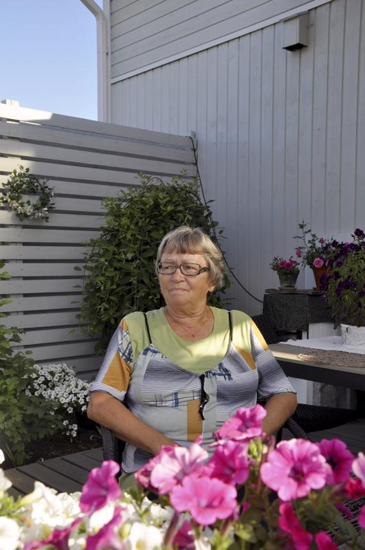 Hyvää nimipäivää Maire! Lohtajalaisen Maire Erkkilän piha sekä terassi komeilee kukkaloistoa, sillä nimipäiväsankari nauttii puutarhatöistä.