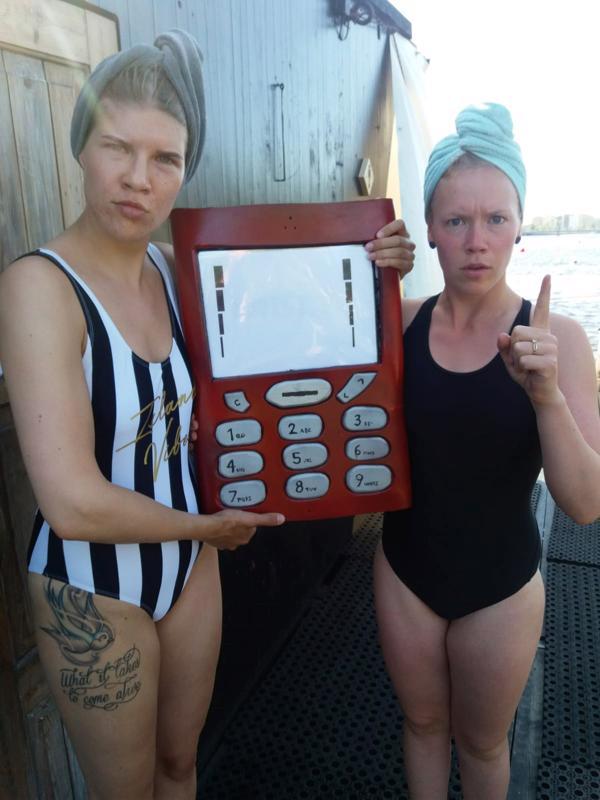 Saunompa vaan Saunassa -esityksessä näyttelevät Katja Rimpeläinen (vas.) ja Marita Jääskö. Kännykän on tehnyt Mikko Heikura.
