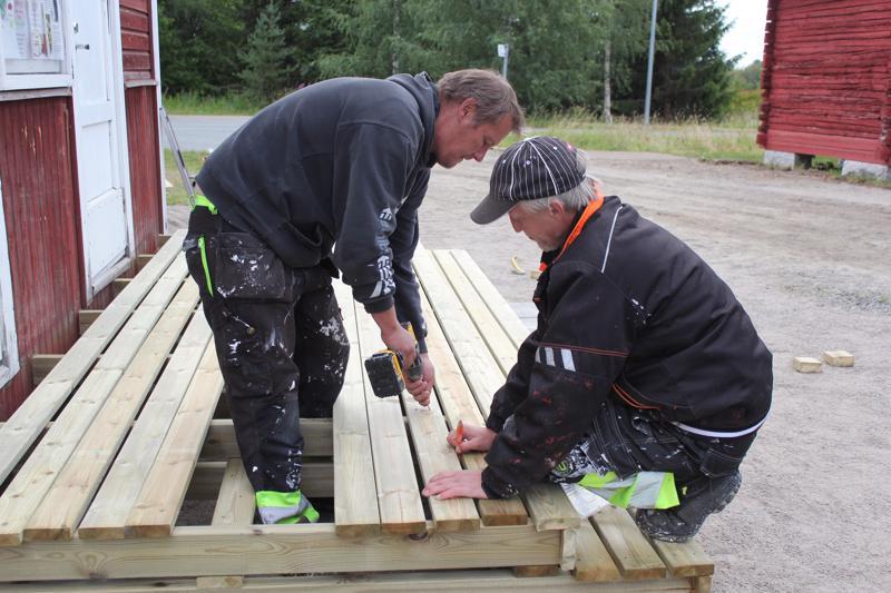 Pentti Konttila ja Jari Pasanen rakentavat uusia portaita Konttilaan.