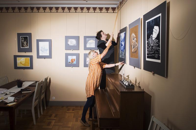 Anne ja Niina Perander viimeistelivät näyttelyripustusta Lohtajan pappilassa.