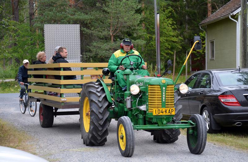 Vähäkankaan ja Pylvään kylätalon väliä pääsi liikkumaan myös traktorikyydillä. Kuvassa Raimo Takkunen tuo väkeä Pylväälle.