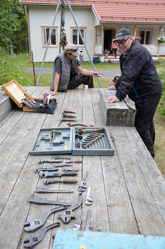 Teemu Ängeslevän esille tuomia sepän työkaluja sekä Jyri Pyökkilehdon  takomia puukkoja tykötarpeineen. Tarmo Ängelevä tutustumassa esineisiin.