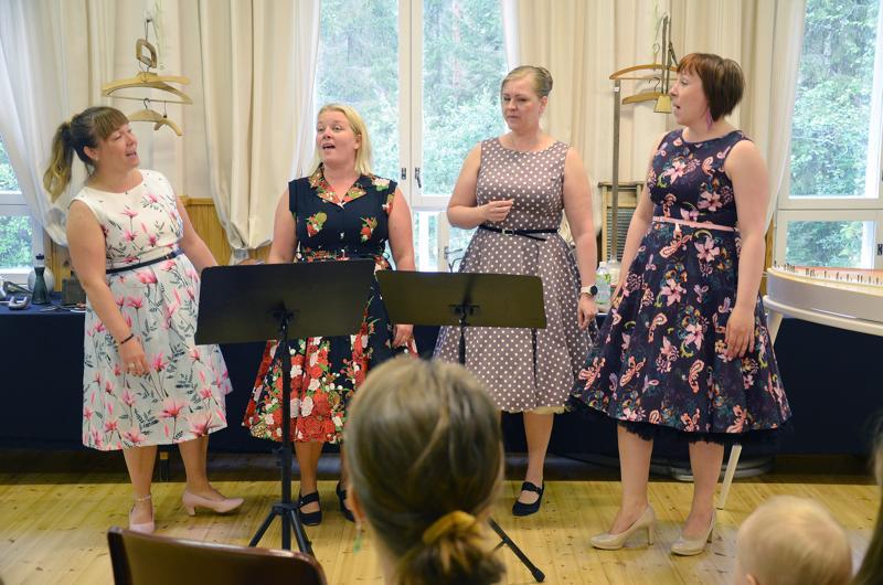 Lauluyhtye Kuutama esiintyi kvartettina Pylvään kylätalolla. Naiset lauloivat muun muassa pojista ja salaisuuksista.