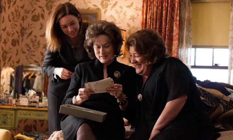 Joka vanhoja muistaa. Meryl Streep, Margo Martindale (oik.) ja Julianne Nicholson näytelmään pohjautuvassa perhetarinassa.