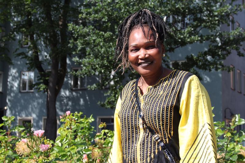 Viktoria Wol tapaa tilata näyttävät pukunsa kotimaastaan Sudanista. Lettikampaukset syntyvät ystävän käsissä.