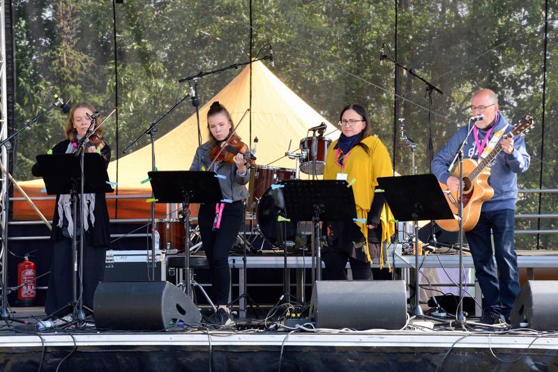 Tarua-yhtyeen äänimaailma oli akustisen heleä.