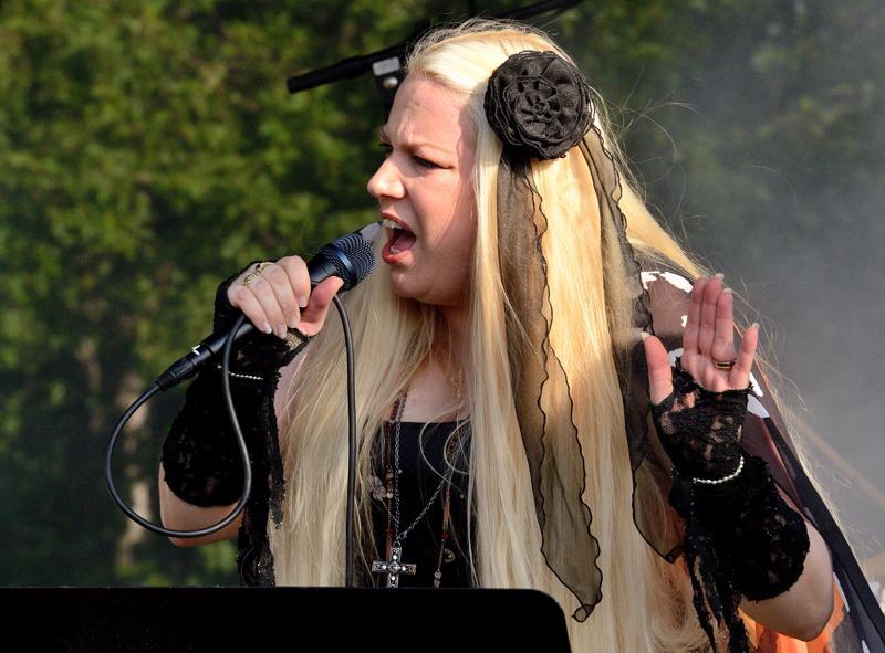 Snow Angelin laulaja Anu Kinare.