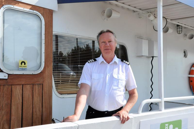 Pentti Koponen viihtyy m/s Jennyn kannella. Keväisin ja syksyisin valkoisen paidan tilalla on työhaalarit, kun mies kapteenin kanssa kunnostaa laivaa.