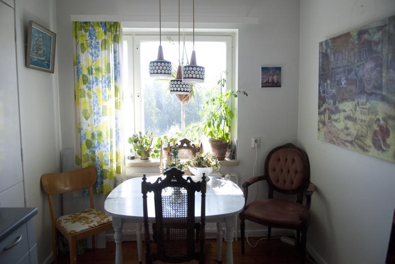 Keittiön yllä oleva lamppu on kirpputorilöytö. Verhot ovat mummilta.