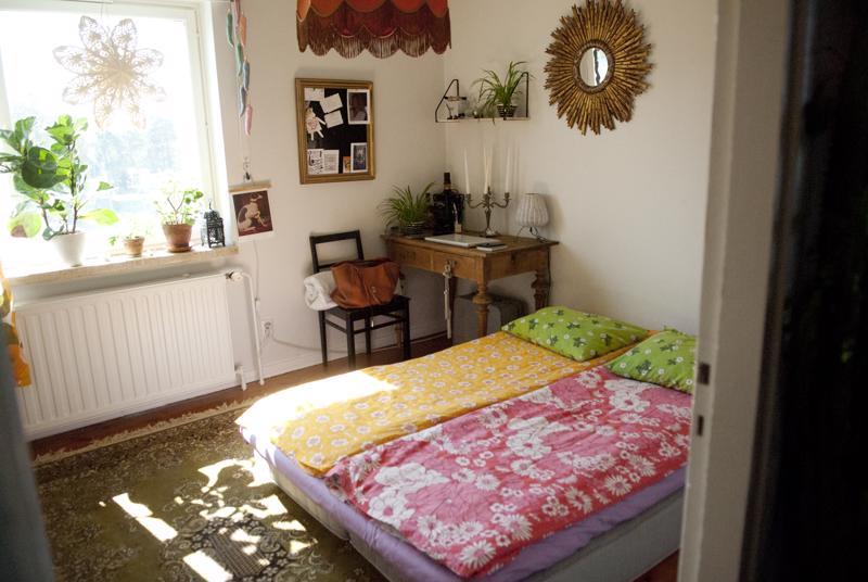 Makuuhuoneen nurkassa näkyy Kallioisen aarre, 1700-luvulta peräisin oleva kirjoituspöytä.