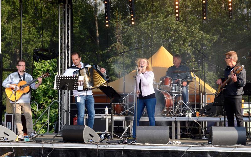 Marita & Meininki musisoi monille tutuin iskelmäsävelin.