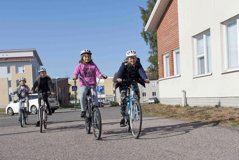 Sandra Heikkilä, Aurora Kukko, Alissa Alasuutari ja Jonna Hautala ovat pyöräilleet koulumatkat ekaluokalta lähtien.