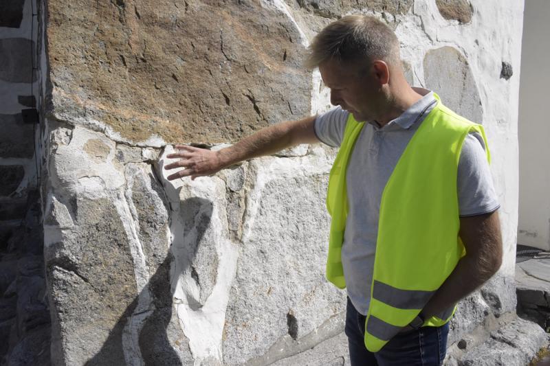 Samaan aikaan rapataan myös julkisivua uusiksi. Aika on syönyt kivien välissä olevaa laastia.