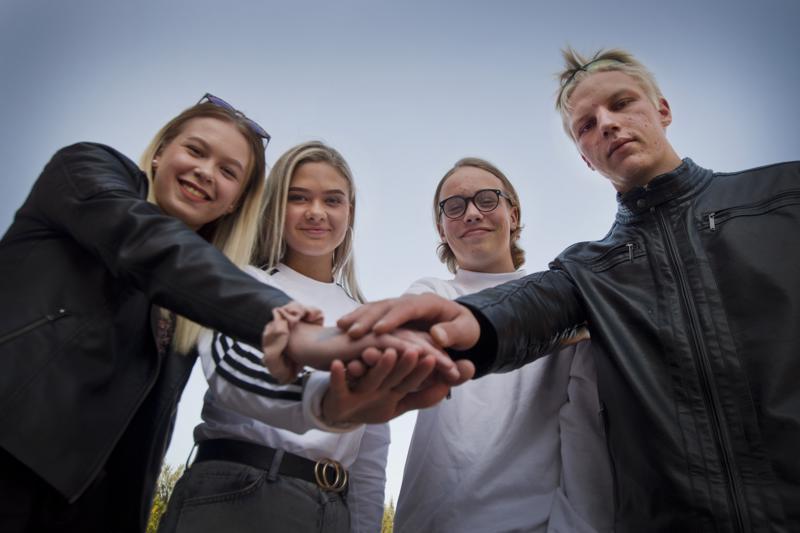 Nuorisovaltuuston jäsenet Jenni Mäkinen (vas.), Emilia Jurvelin, Ari Päivärinta ja Heikki Hinttala ovat ylpeitä siitä, että he saavat toimia nuorten äänenä tärkeässä asiassa. Mielenterveysongelmat eivät ole häpeä, ja pienikin mieltä painava asia voi olla merkittävä. Tärkeintä on puhaltaa yhteen hiileen ja puhua aiheesta avoimesti.