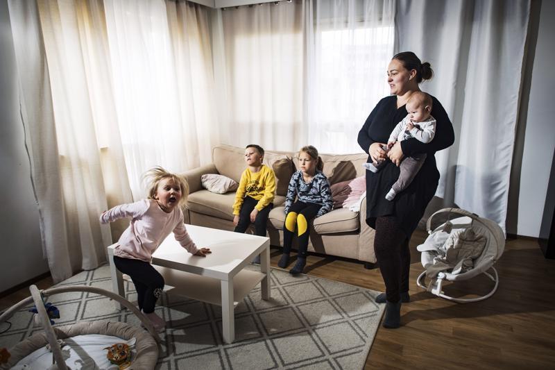 –Siinä on meidän sohvamme, johon ei koko perhe edes mahdu istumaan, toteaa homealtistuksen vuoksi kaksi kertaa uudet huonekalut hankkimaan joutunut Nina Auvinen. Sohvalla 5-vuotias Noel ja 10-vuotias Nea. Lattialla 3-vuotias Nelly ja sylissä 2-kuukautinen Noa.