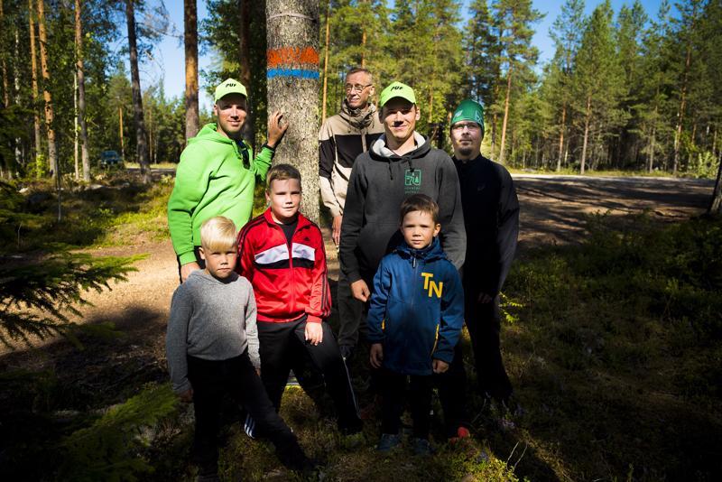 Kilpailunjohtaja Jari Jyrkkä (ylhäällä vasemmalla), toimitsijat Tuomo Junttila ja Joonas Jyrkkä, 26 kilometrin kisaan osallistuva Teemu Korpela sekä alarivin Jore Jyrkkä, viisi kilometriä juokseva Jimi Jyrkkä sekä Kasper Jyrkkä ovat valmiina ensi viikon polkujuoksukoitokseen.