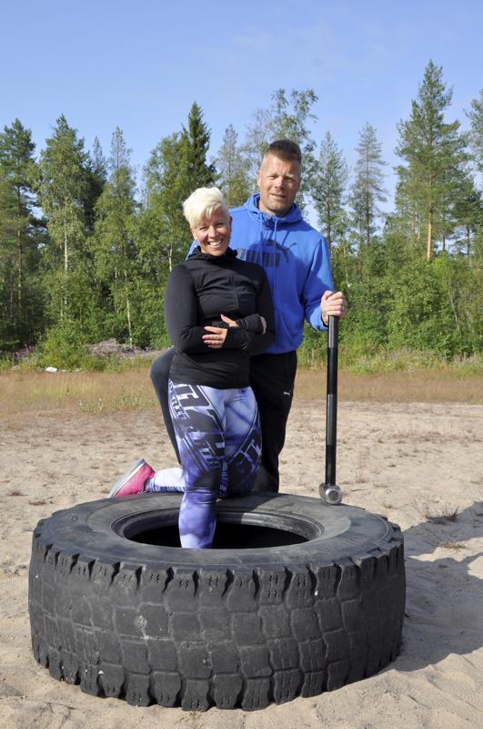 Elämäntapa. Niina ja Janne Nivala pitävät toiminnallisia treenejä keskiviikkoisin Ala-Viirteellä. Harjoituksissa käytetään erilaisia apuvälineitä esimerkiksi traktorin renkaita ja lekaa.