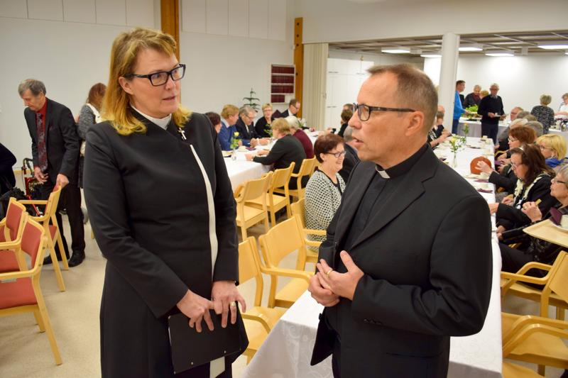 Kappalainen Suvi Lehtimäki ja kirkkoherra Kari Lauri. Kuvan tilanne ei liity tapaukseen.