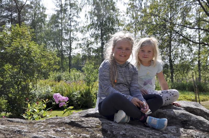 Yhdessä koulutielle. Himankalaiset ystävykset Janella Korpi (vasemmalla) ja Frida Lauri aloittavat tänään ekaluokan odottavin mielin.