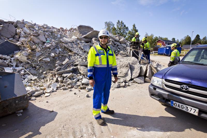 Suurin osa vanhasta koulusta saadaan hyödynnettyä tavalla tai toisella, Oskari Pääkkönen kertoo. Esimerkiksi betonin seassa olevat raudoitukset erotellaan ja toimitetaan jatkojalostukseen.