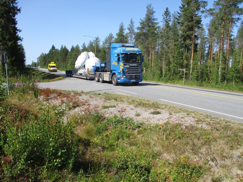 Tuulivoimaa. Tuulivoimalan komponentti menossa Kuuronkalliolle. (Kuva: Juha Mottinen)