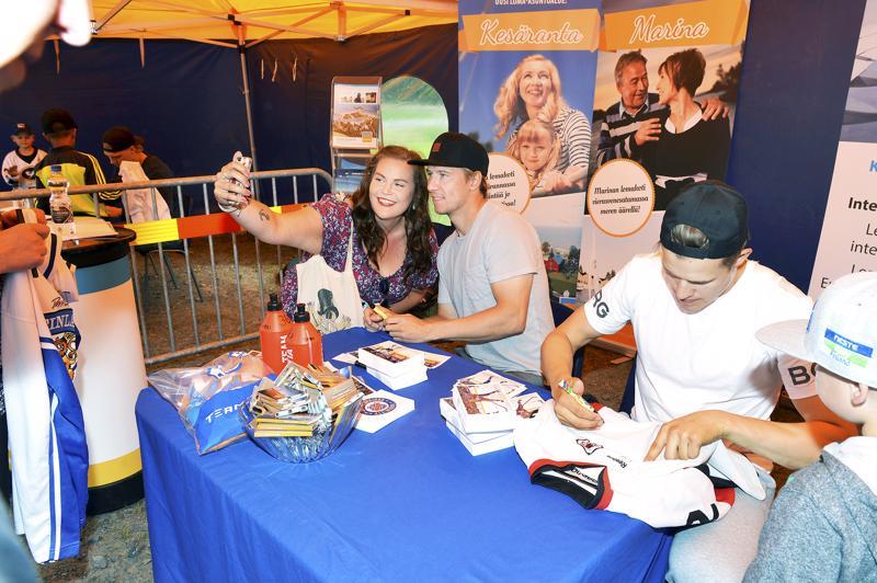 Jokinen sai jakaa nimikirjoituksia ja osallistua selfieihin myös toissavuoden tapahtumassa, vieressä nimikirjoituksia jakamassa tänäkin vuonna mukana oleva Jesse Puljujärvi.