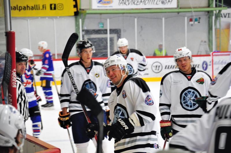 Jussi Jokinen tuo joukon tähtipelaajia jälleen Kalajoelle. Viime vuonna mukana olivat Jokisen (keskellä) lisäksi muun muassa Atte Ohtamaa Oulun Kärpistä (vas.) sekä Mikael Granlund Minnesota Wildista (oik.).