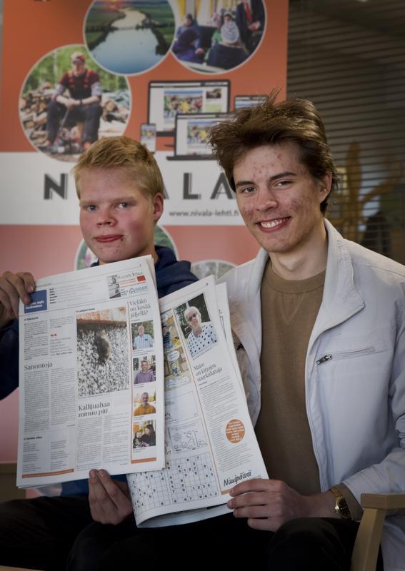 Erkko Sarjanoja (oik.) keskittyy ylioppilaskirjoituksiin, joten Joni Leinonen jatkaa hänen työtään Nivala-lehden tärkeänä avustajana.