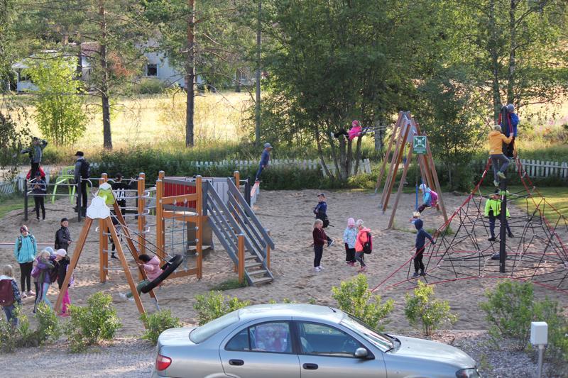 Lasten mielestä pyramidi on paras. Leikkikentän uudet kalusteet ovat kovassa käytössä kouluvuoden ensimmäisenä aamuna.