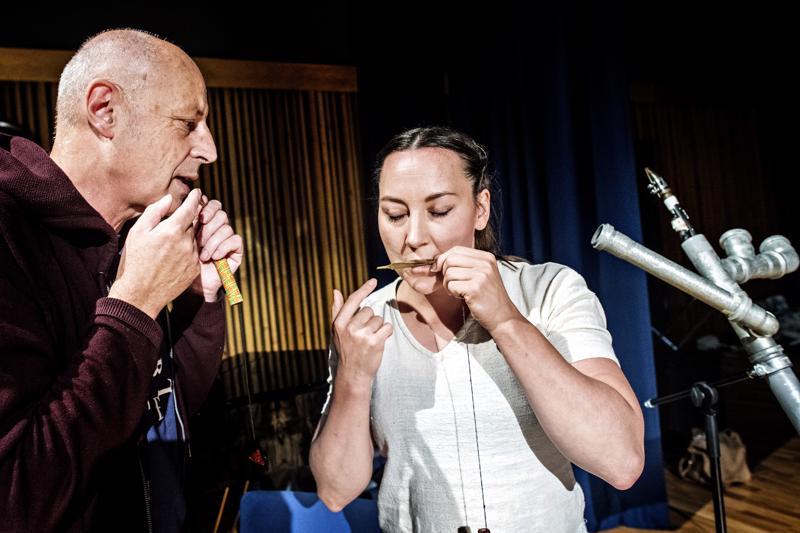 Taiteilijat ovat lavalla monenlaisissa rooleissa. Lotta Rautakorpi soitti omatekoista munniharppua Werner Durandin kanssa.
