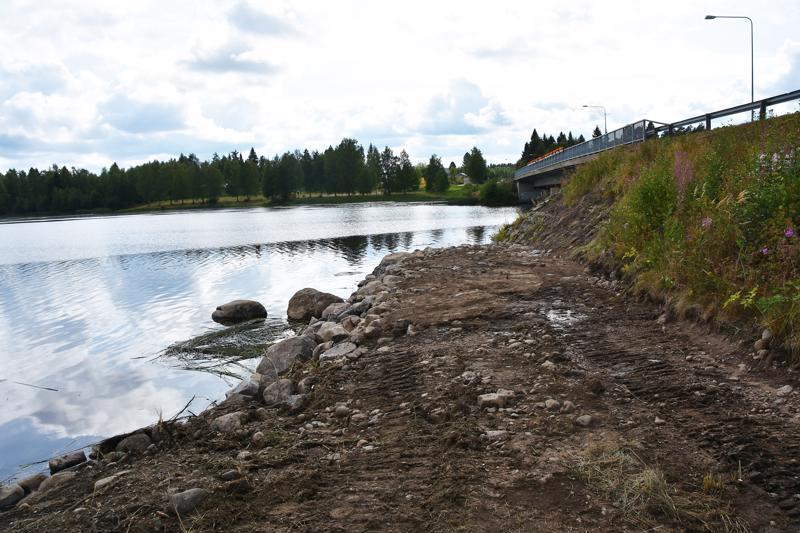 Sillan kupeeseen on kasattu tontilta kaivettuja kiviä onkipaikan pohjaksi. Tarkoituksena on ajaa päälle vielä mursketta.