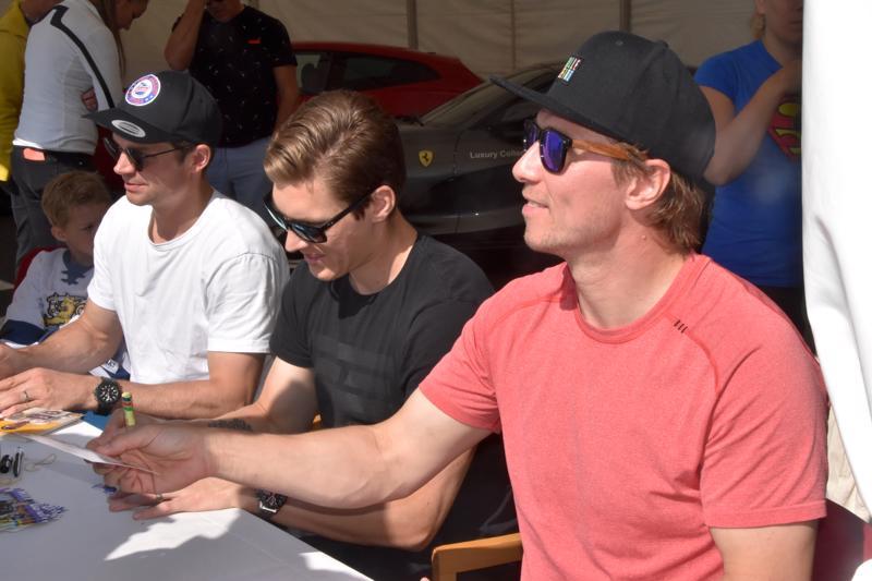 Janne Pesonen, Atte Ohtamaa ja Jussi Jokinen saivat urakoida nimikirjoituksia ennen ottelua.