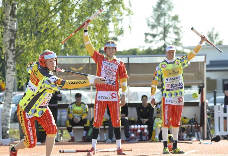 Tuomo Rautio (vas.) iski ottelussa neljä juoksua ja yhden kunnarin. Takana Kuulan ykköspalkittu Joel Salmela ja jokeri Ville Majava.