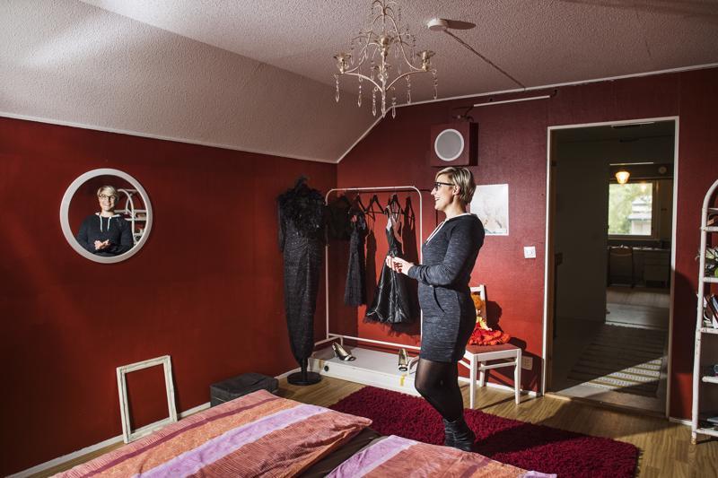 Escape Room Kokkolan esimiehen Heidi Kerolan mukaan pakohuonepelin tehtävien ratkaiseminen palkitsee pelaajia.
