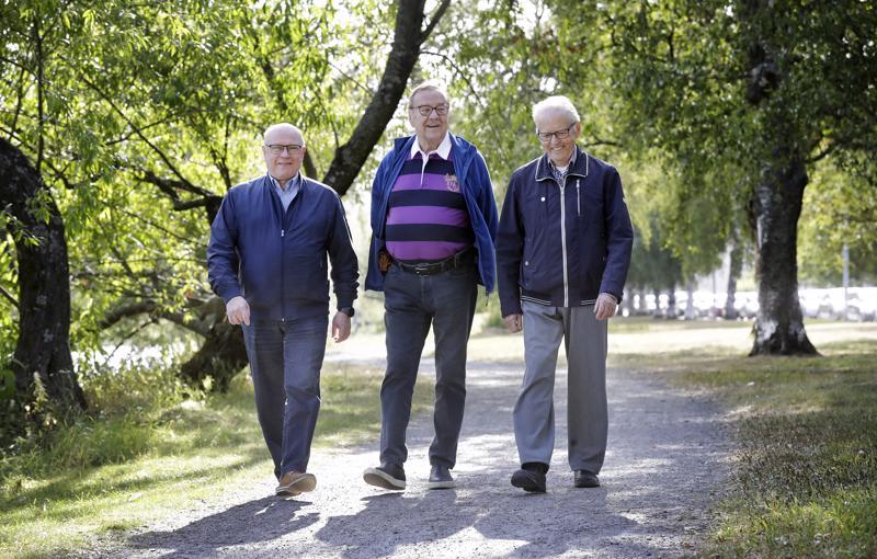 Juhani Häivälä (vas.), Valter Haverinen ja Pentti Huhtilahti ovat aktiivisesti mukana Oulun Sydänyhdistyksen toiminnassa. He korostavat, että sairauden kanssa kyllä pärjää eikä se määritä koko elämää.