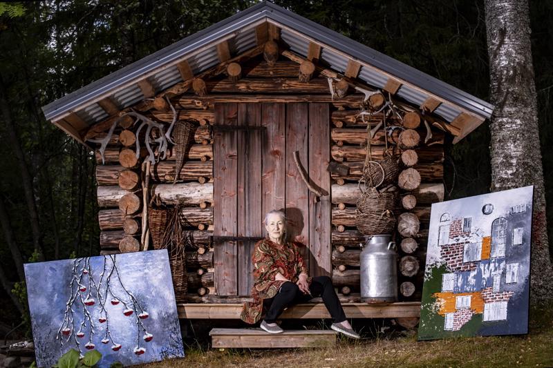 Auli-Maritta Ruuskaselle kulttuurin pelto on vailla esteitä. Hän liikkuu sulavasti niin musiikin, sanataiteen kuin kuvataiteenkin maailmassa.